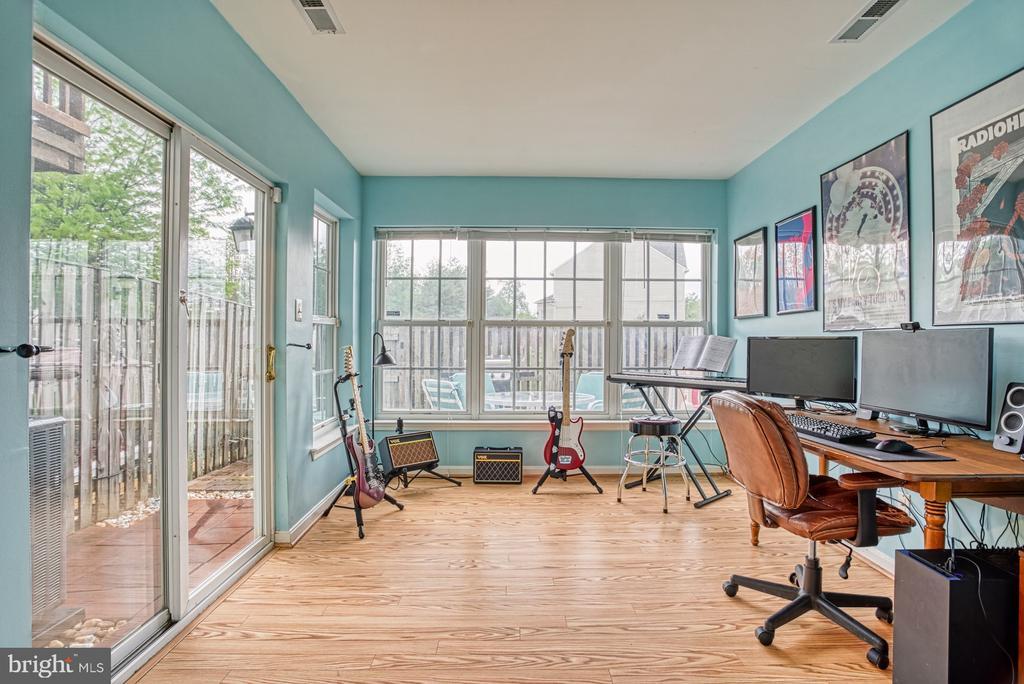 Lower level bonus room with sliders to patio - 8919 BENCHMARK LN, BRISTOW