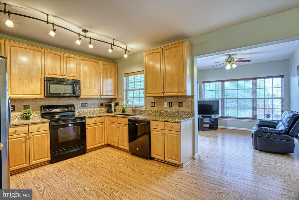 Updated kitchen~with contemporary lights - 8919 BENCHMARK LN, BRISTOW