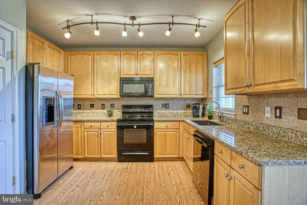 Gorgeous granite counters and lovely backsplash - 8919 BENCHMARK LN, BRISTOW