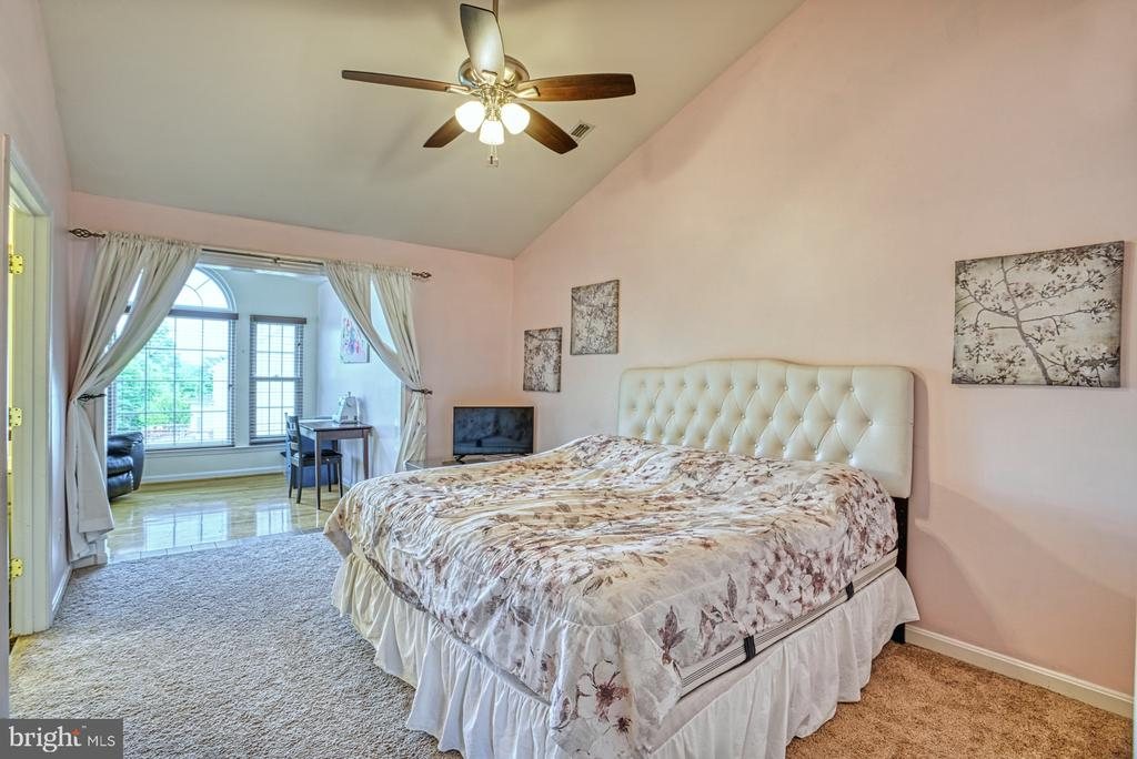 Master bedroom with vaulted ceiling - 8919 BENCHMARK LN, BRISTOW