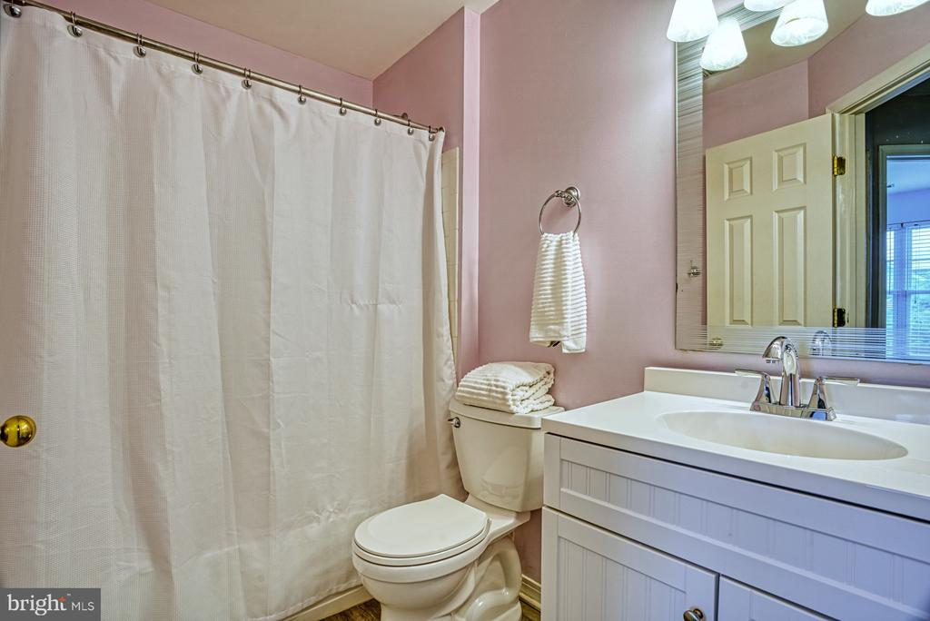 Upper level, updated, full bathroom - 8919 BENCHMARK LN, BRISTOW