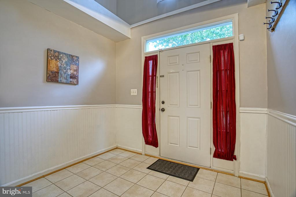 Large foyer with organizer in~closet - 8919 BENCHMARK LN, BRISTOW