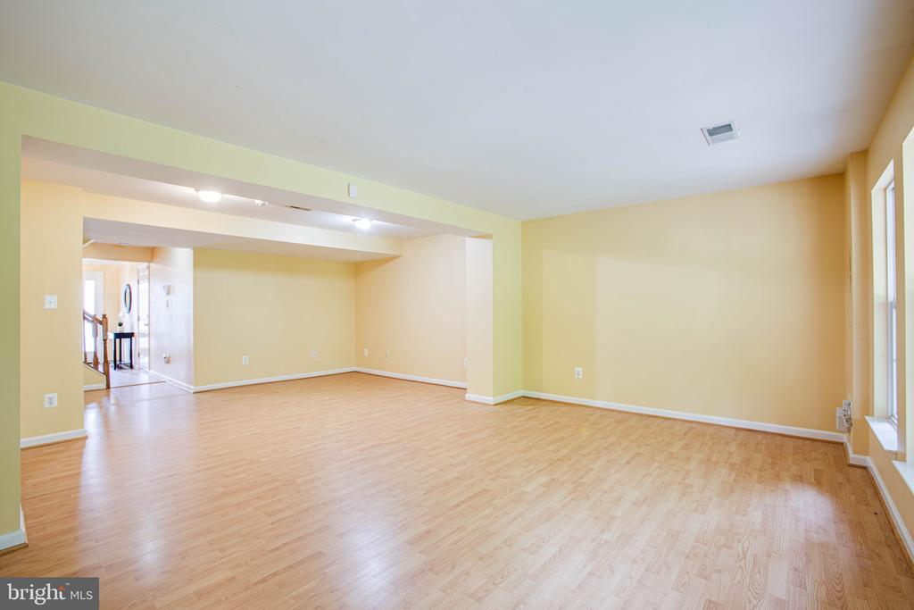 Light filled Foyer w/ Access to Garage - 10001 GRASS MARKET CT, FREDERICKSBURG