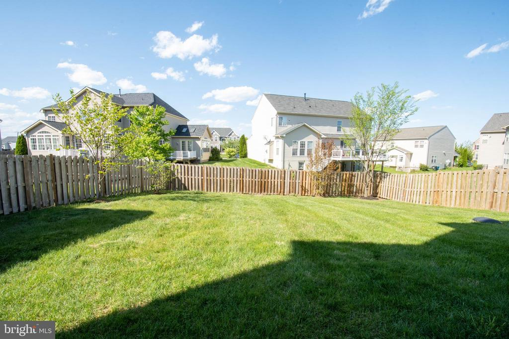 Spacious backyard - 42422 CHAMOIS CT, STERLING