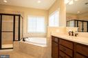 Master bathroom with soaking tub - 42422 CHAMOIS CT, STERLING