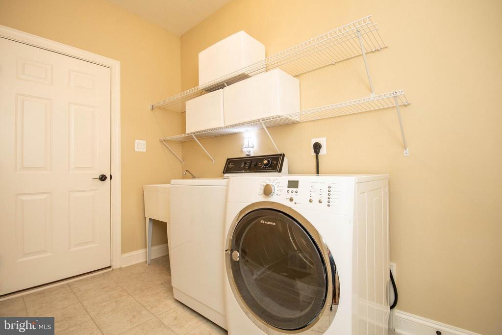 Laundry room off kitchen - 42422 CHAMOIS CT, STERLING