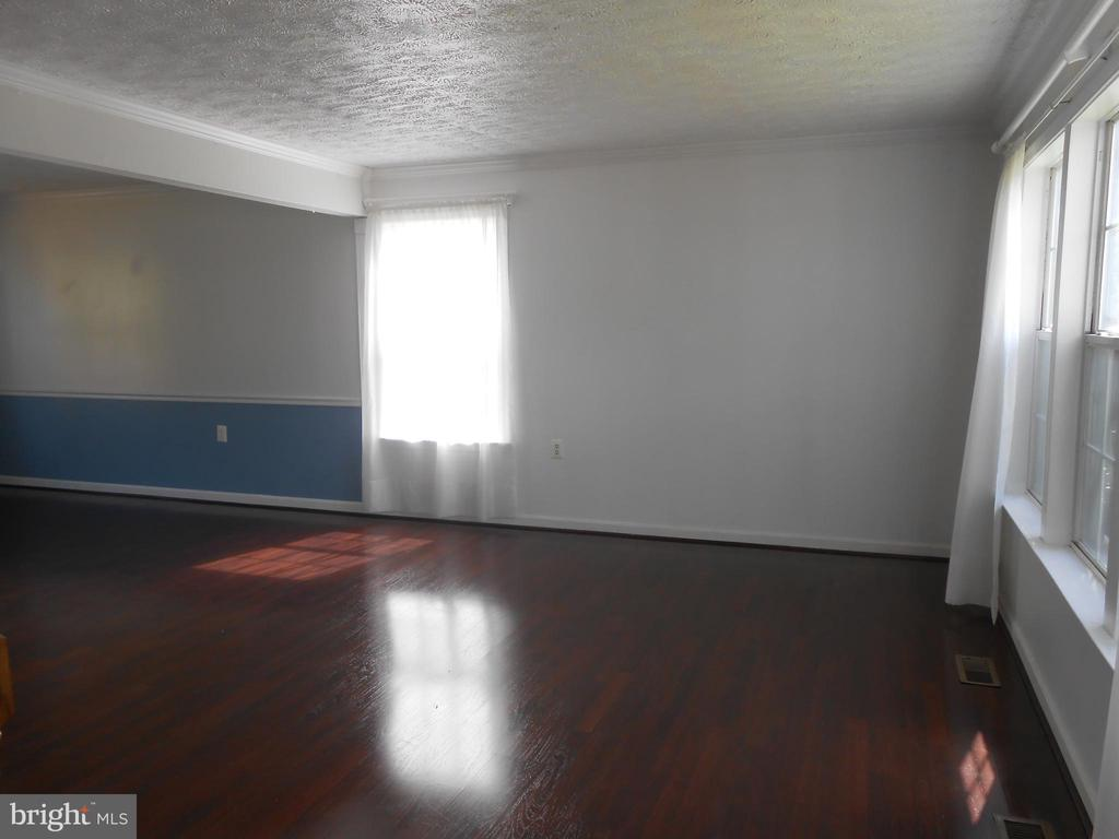 Living Room - Crown Molding - 10472 LABRADOR LOOP, MANASSAS