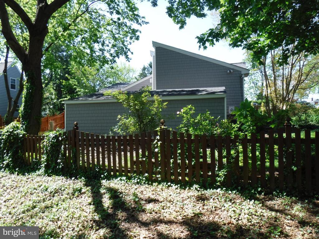 Side yard on Fairview Avenue - 1127 SHORT ST, ANNAPOLIS