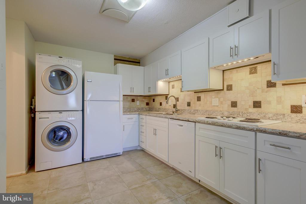 Kitchen - Beautifully Updated in 2019! - 5901 MOUNT EAGLE DR #1115, ALEXANDRIA