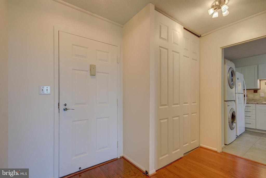 Entry Foyer - View Towards Newly Updated Kitchen - 5901 MOUNT EAGLE DR #1115, ALEXANDRIA