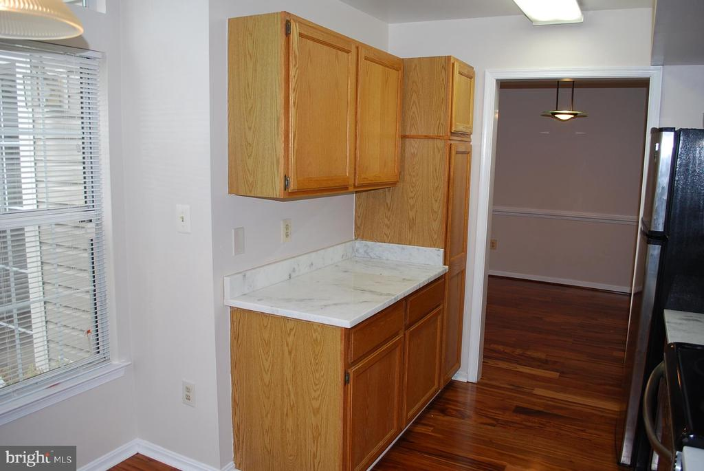 Kitchen storage and additional counter - 19928 DUNSTABLE CIR #204, GERMANTOWN