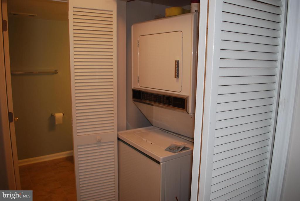 Stacking full size washer and dryer - 19928 DUNSTABLE CIR #204, GERMANTOWN
