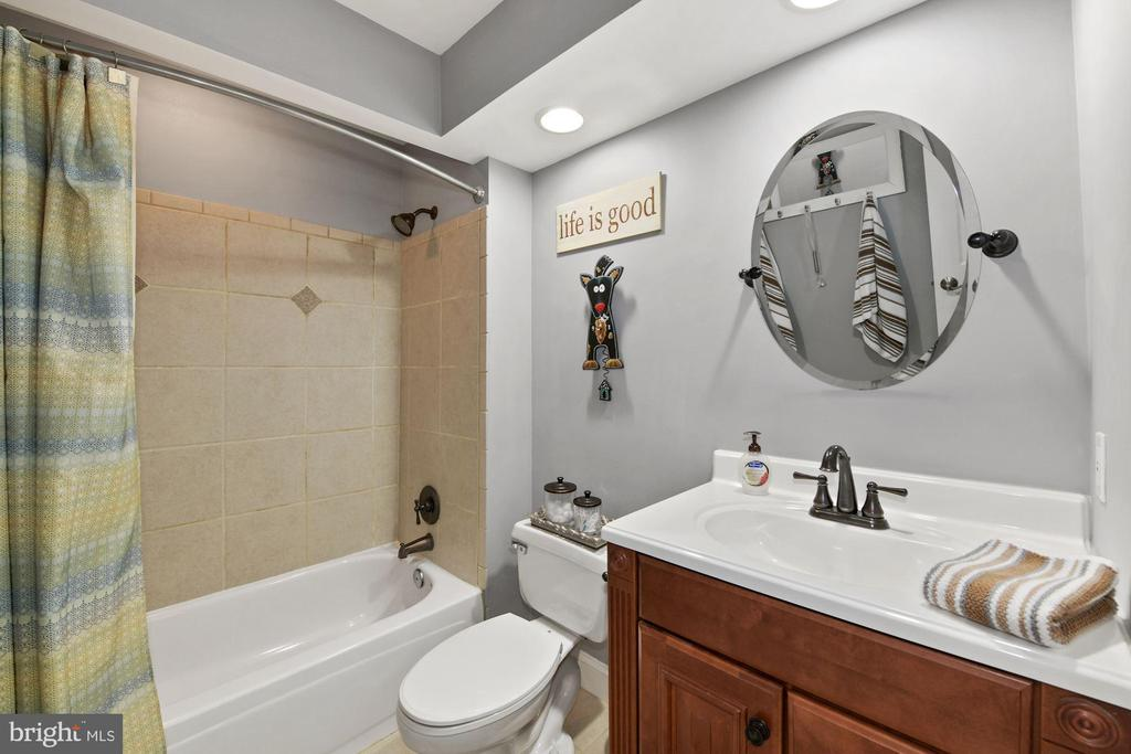 Upper level Full Bathroom - 6046 RIVER MEADOWS DR, COLUMBIA