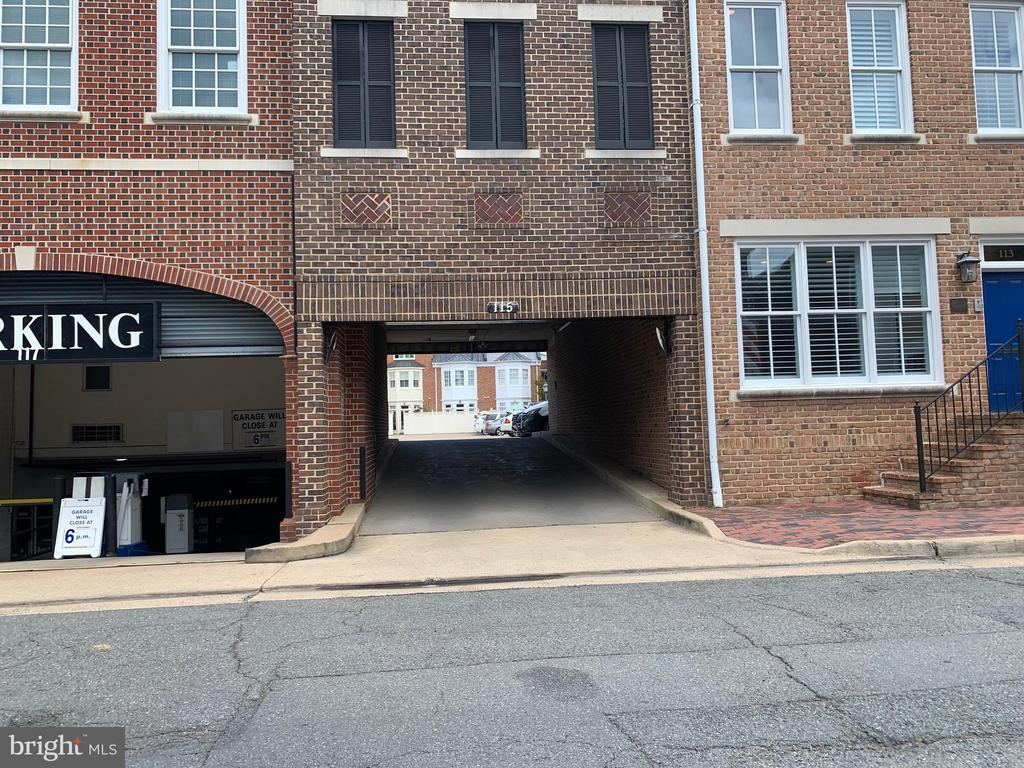 Access private parking lot from Alfred Street - 808 CAMERON ST, ALEXANDRIA