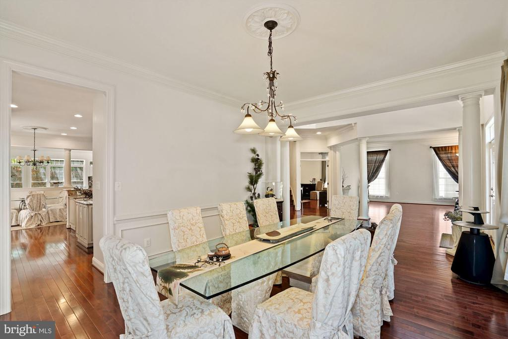 Columned Dining with adjacent butler's pantry - 2976 TROUSSEAU LN, OAKTON