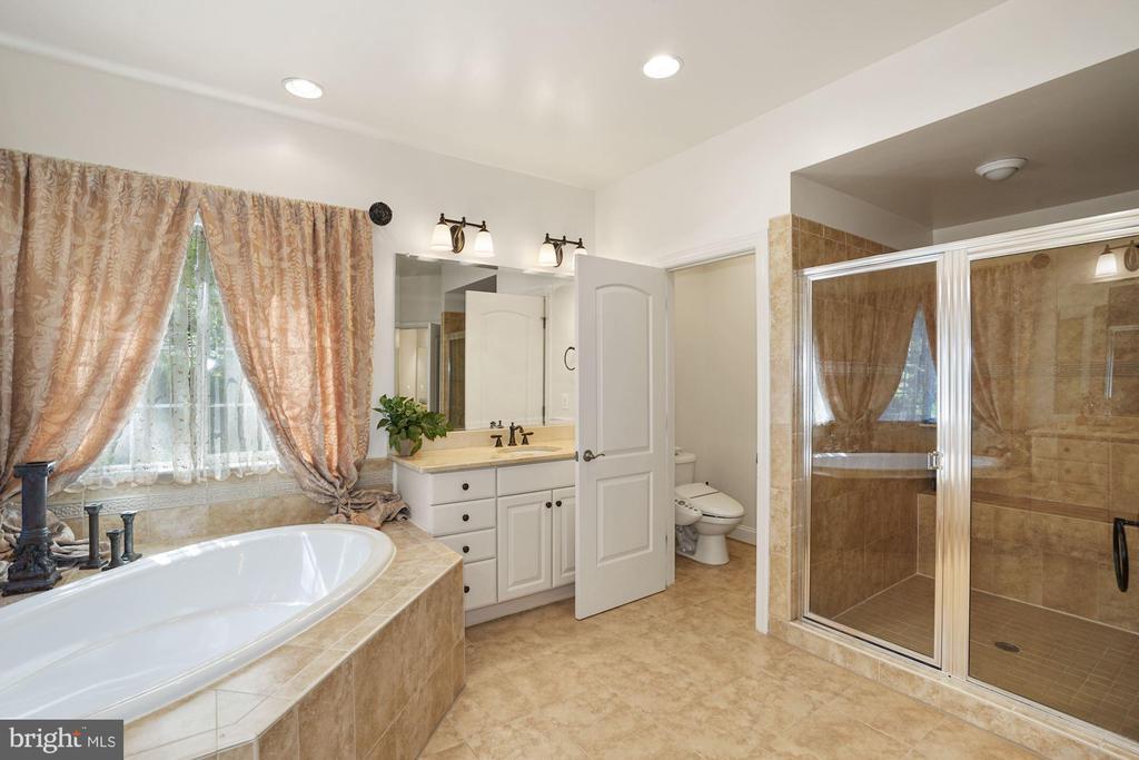 Designer ceramic-tiled flooring & private lavatory - 2976 TROUSSEAU LN, OAKTON
