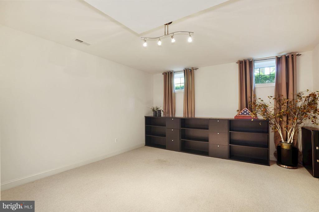 Den/Au Pair Suite with walk in closet - 2976 TROUSSEAU LN, OAKTON