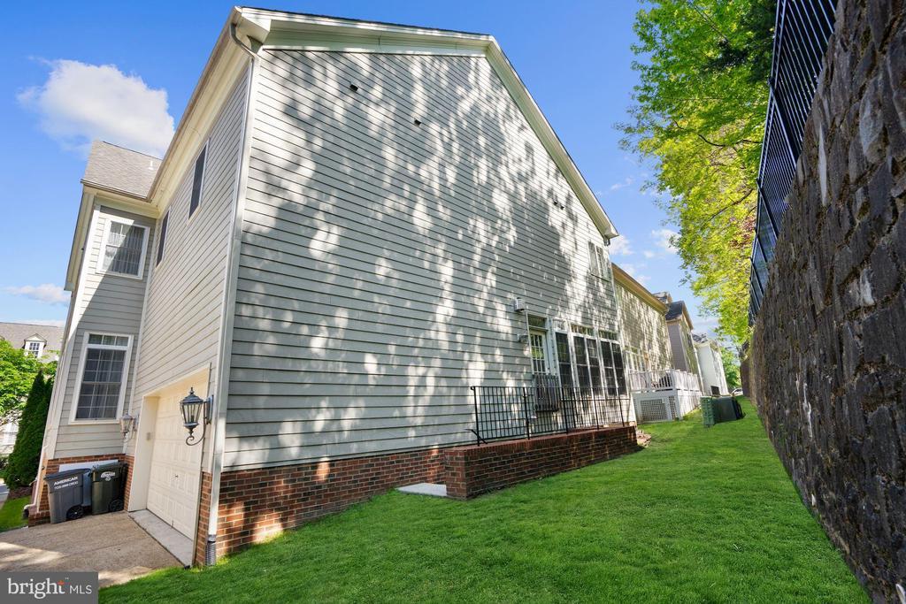 Professionally landscaped yard - 2976 TROUSSEAU LN, OAKTON