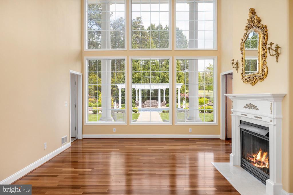 GREAT ROOM W/FLOOR TO CEILING WINDOWS - 11010 SHERIDAN DR, SPOTSYLVANIA