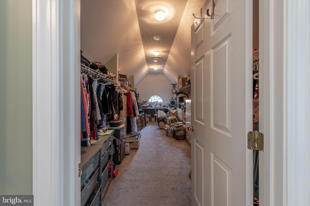 This walk-in closet is HUGE! - 27531 PADDOCK TRAIL PL, CHANTILLY