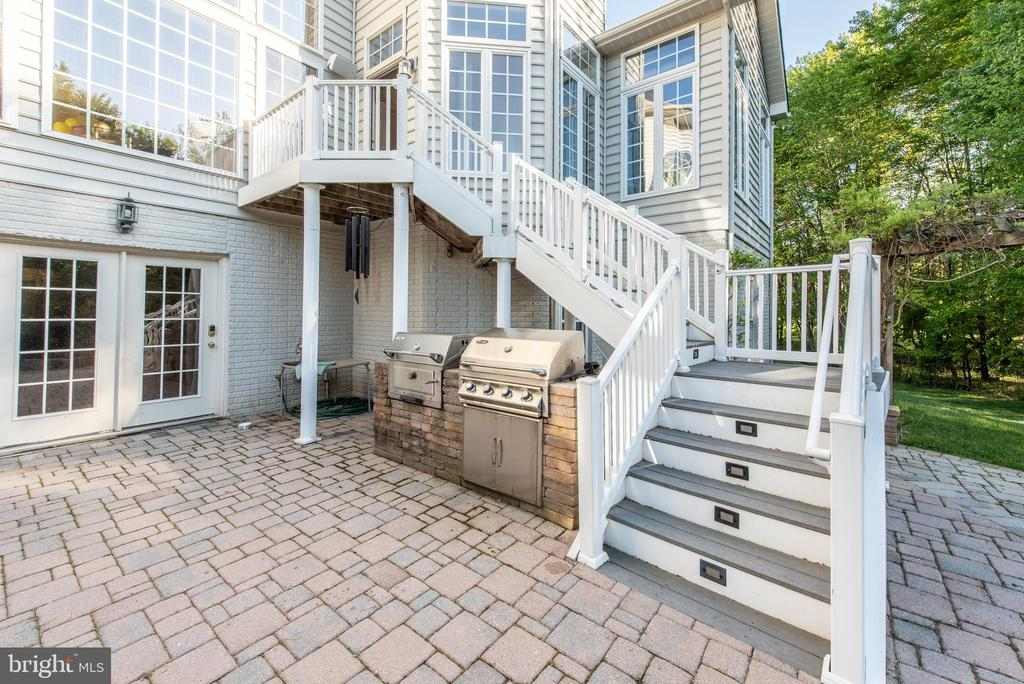 2 built-in custom grills hooked up to house gas - 27531 PADDOCK TRAIL PL, CHANTILLY