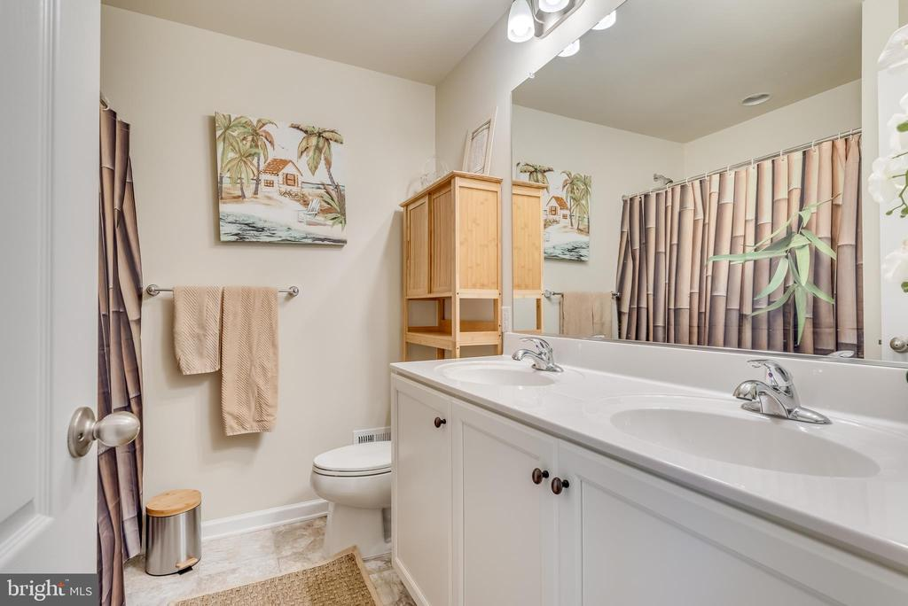 Hall bath features tub/shower combo - 440 FLIGHT O ARROWS WAY, MARTINSBURG