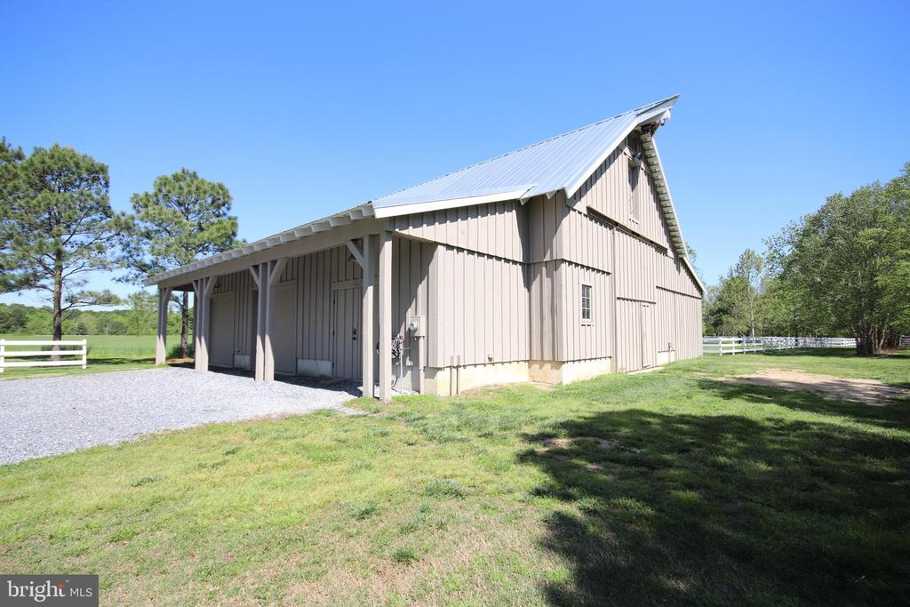 A side view of the impressive barn - 15270 HATTON LANDING DR, NEWBURG