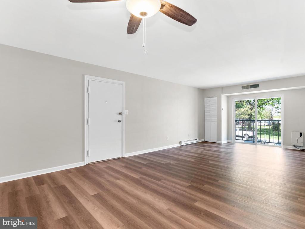 Spacious family room and eat-in area. - 201 N EMORY DR #7, STERLING
