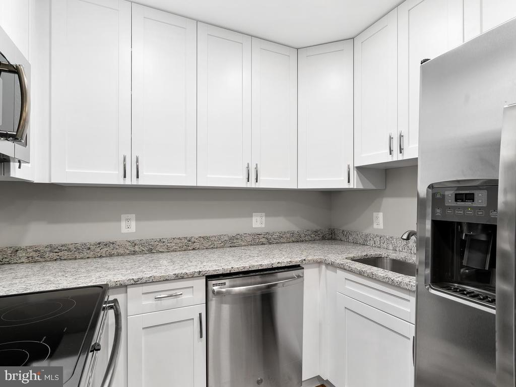 Plenty of counter space. - 201 N EMORY DR #7, STERLING