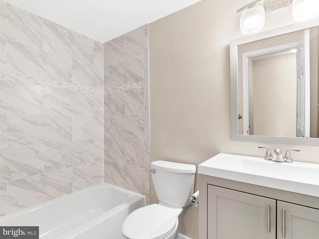 Marble surround in the tub. - 201 N EMORY DR #7, STERLING