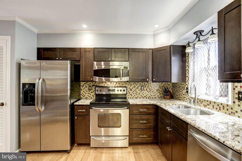Kitchen - Hardwood Floors & Stainless Steel Apps - 1145 N UTAH ST #1145, ARLINGTON