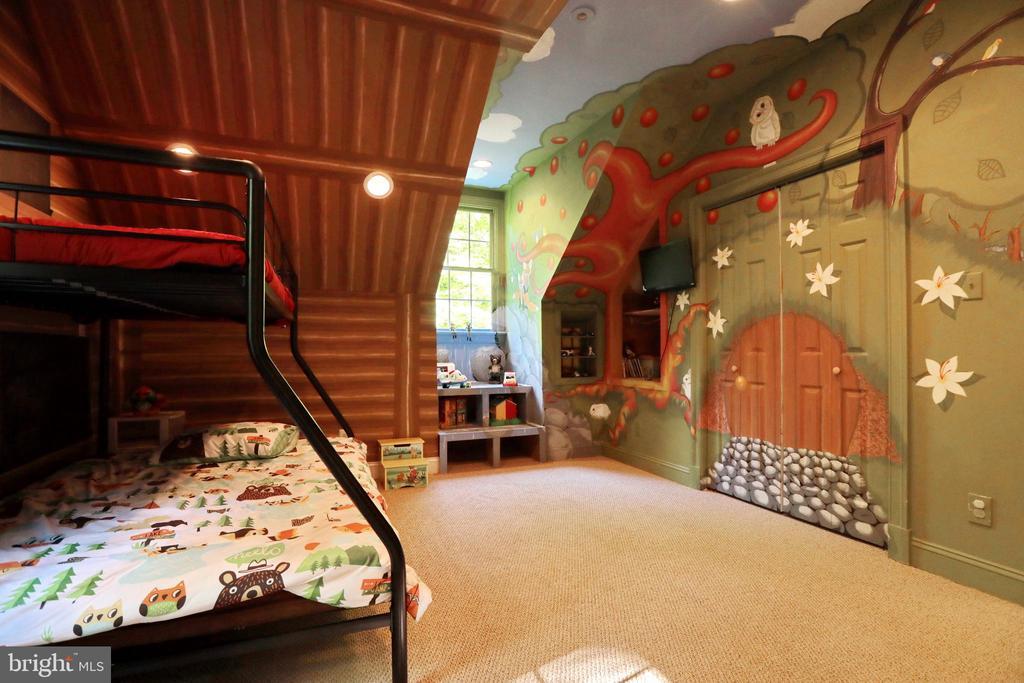 Bedroom #4 includes built-in puppet show - 9600 TERRI DR, LA PLATA