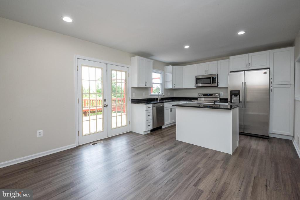 Update kitchen with stainless steel appliances - 14090 RED RIVER DR, CENTREVILLE