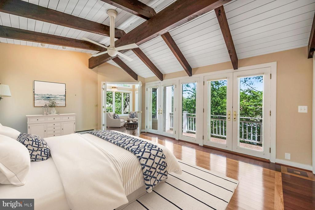 Owners bedroom opens to waterside deck - 104 FOGLE DR, ANNAPOLIS
