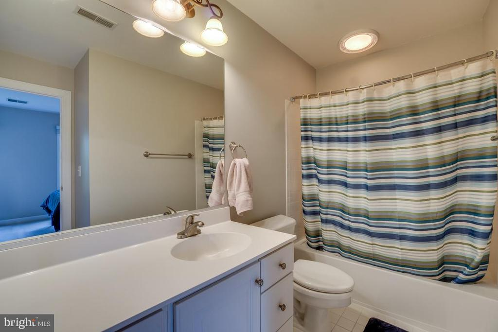 Guest suite en suite bath - 26022 GLASGOW DR, CHANTILLY