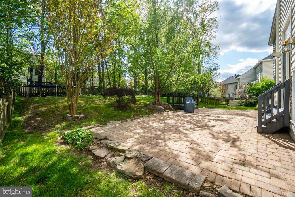 Custom paver patio off family room & kitchen - 26022 GLASGOW DR, CHANTILLY