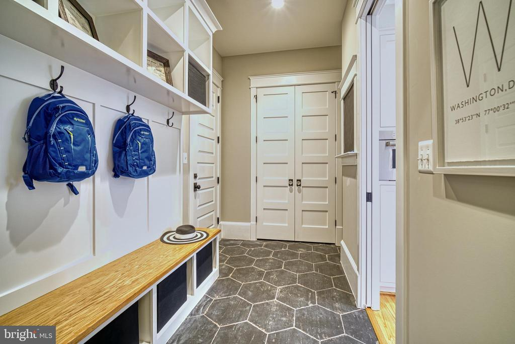 Mudroom w/built in cubbies and slate floor - 3511 N POTOMAC ST, ARLINGTON