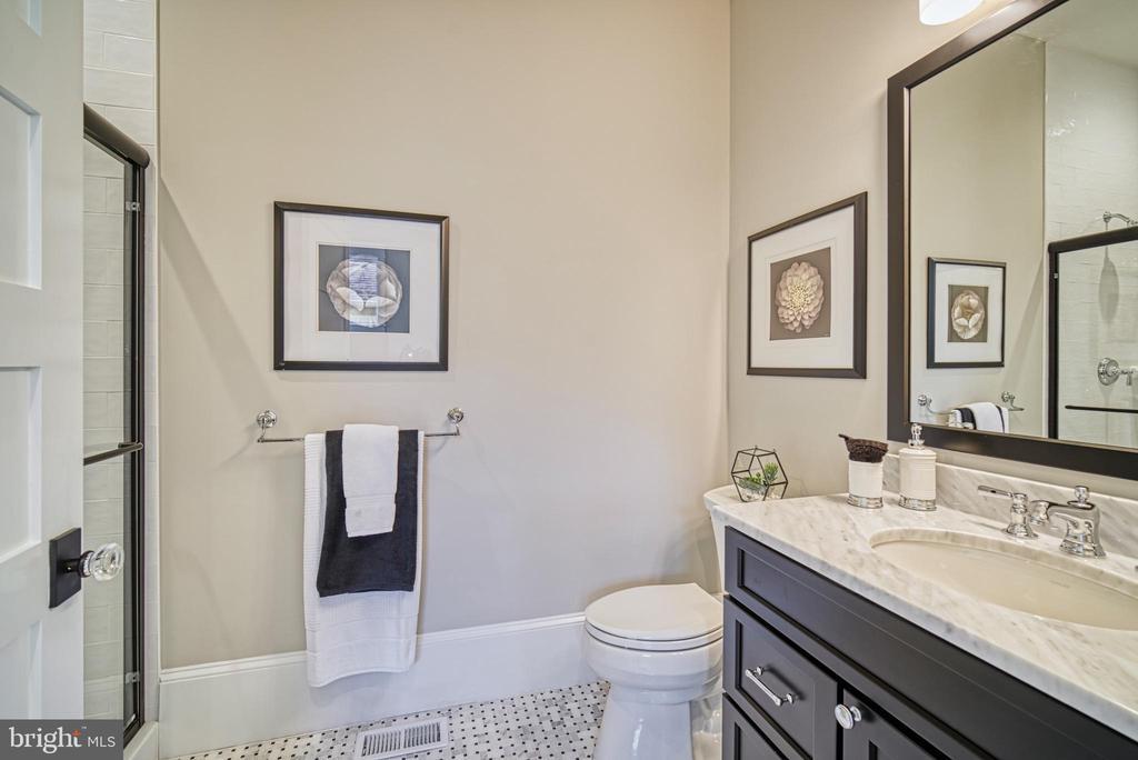 Main level en-suite bathroom - 3511 N POTOMAC ST, ARLINGTON