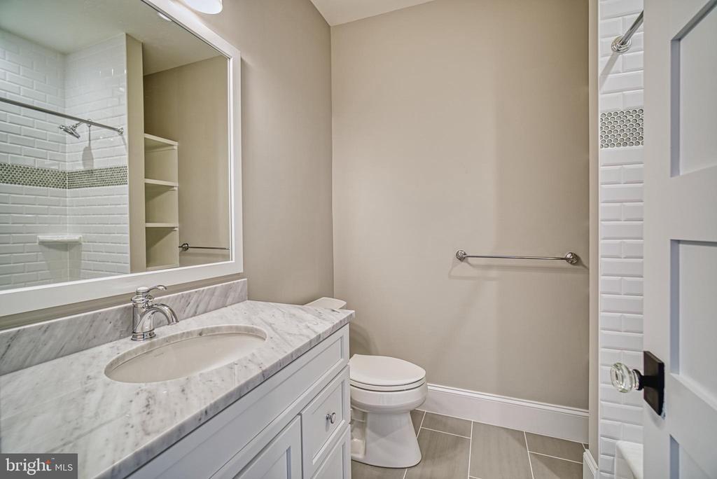 Bedroom #3 bathroom, built in shelves - 3511 N POTOMAC ST, ARLINGTON
