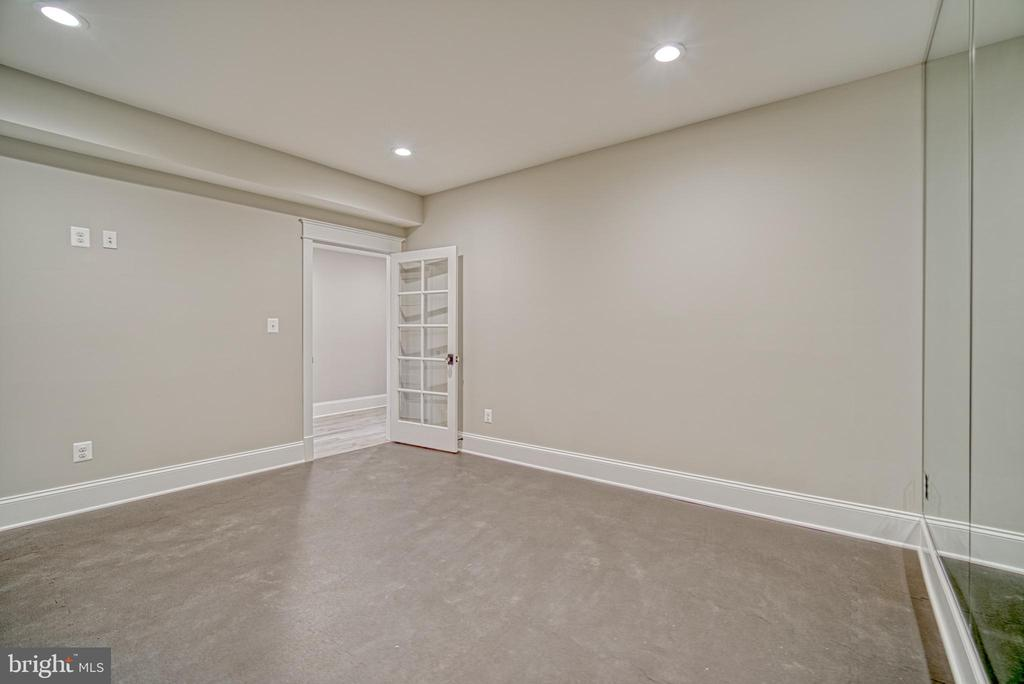 Exercise room with mirrored wall, special flooring - 3511 N POTOMAC ST, ARLINGTON