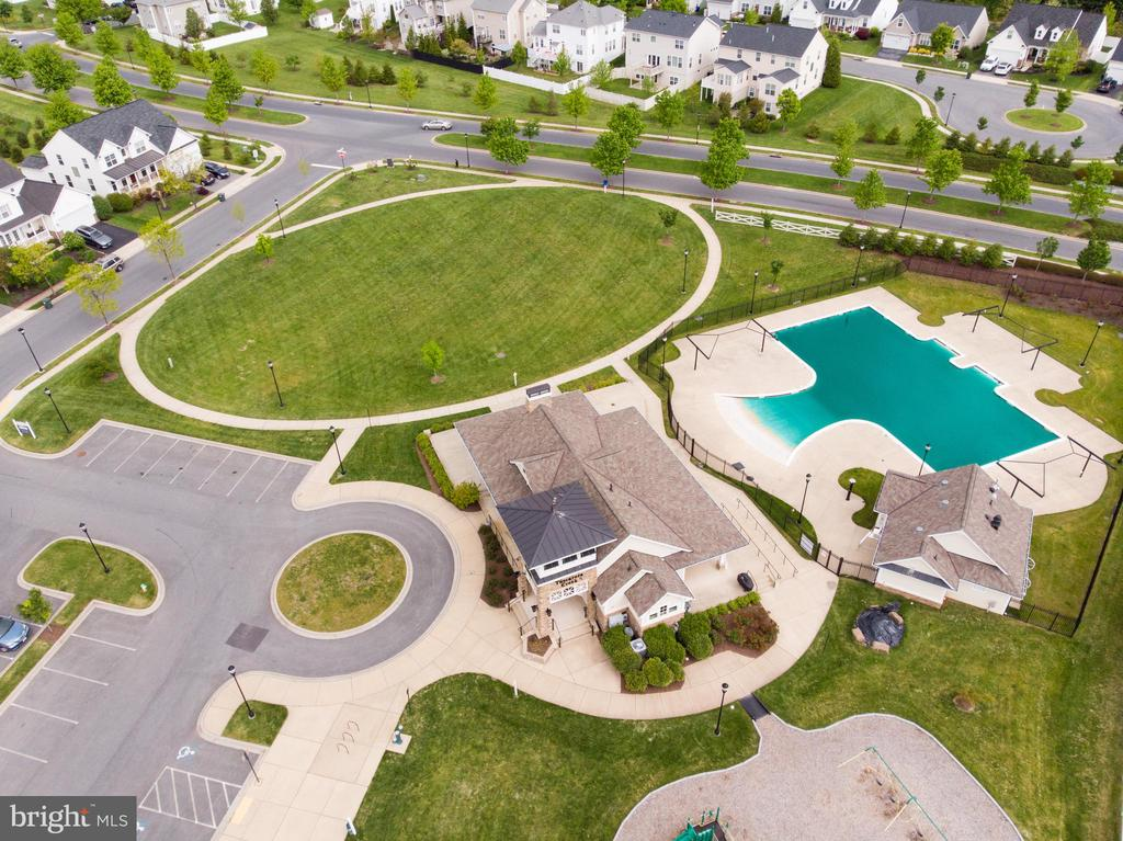 Community pool and clubhouse - 2004 TRUETT WAY, FREDERICK