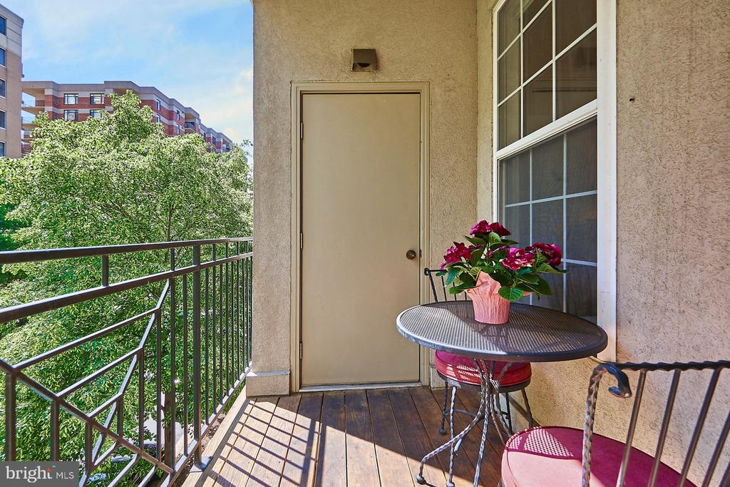 Private balcony with small storage space - 1320 N WAYNE ST #301, ARLINGTON