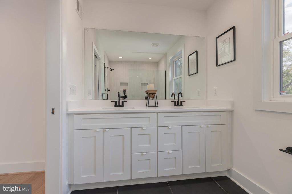 Master bath double bowl vanity with quartz top - 2710 S ARLINGTON RIDGE RD, ARLINGTON