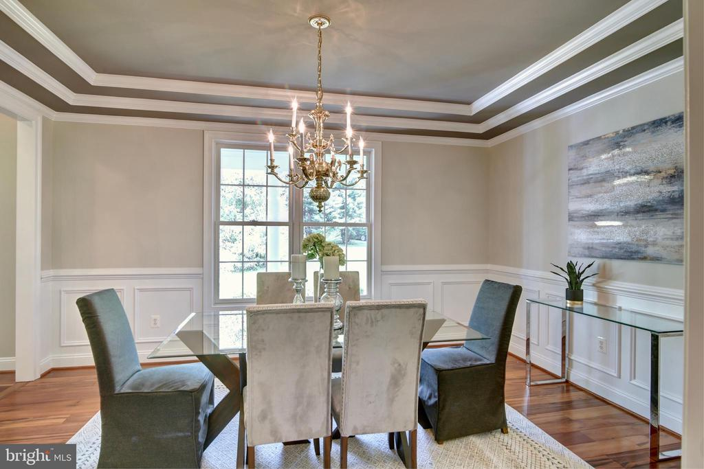 Dining room with dramatic tray ceiling - 12371 TAYLORSTOWN RD, LOVETTSVILLE