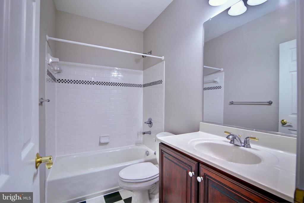 Lower level en suite bathroom - 12371 TAYLORSTOWN RD, LOVETTSVILLE