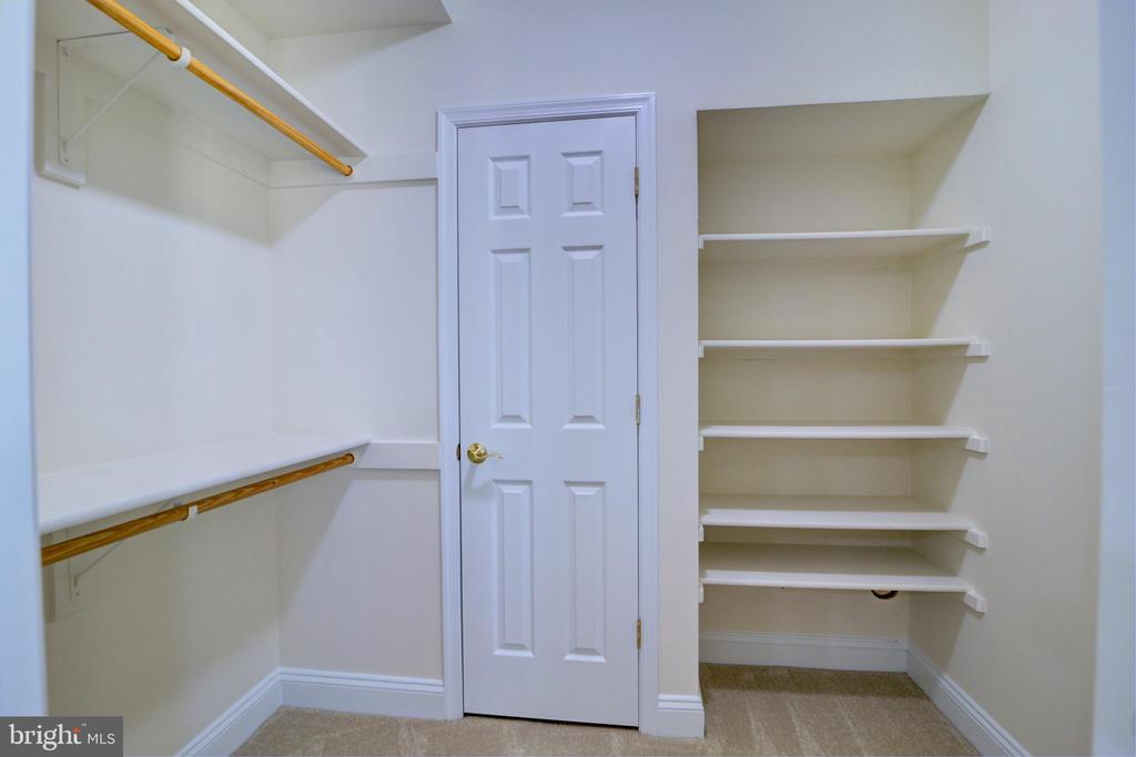 Lower level en suite walk-in closet - 12371 TAYLORSTOWN RD, LOVETTSVILLE