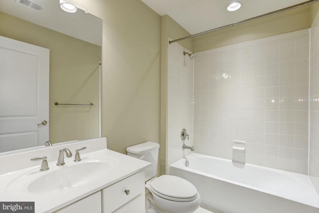 Hall Bath - 20622 DUXBURY TER, ASHBURN