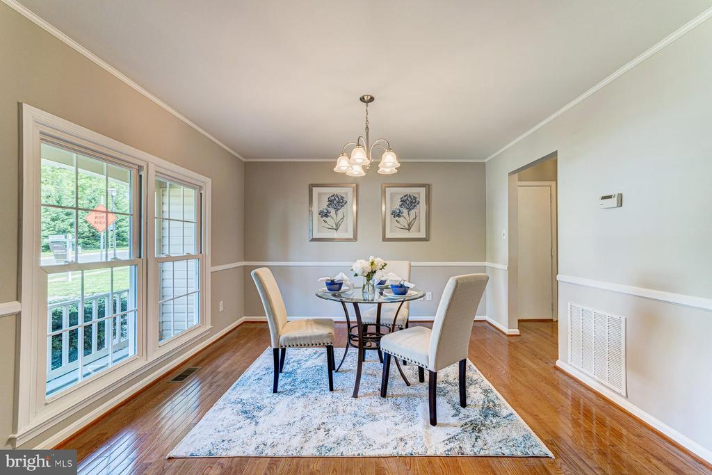 Separate dining room with chair rail - 1331 STOKLEY WAY, VIENNA