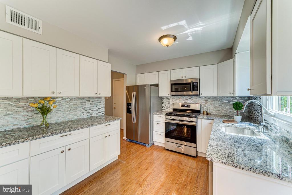 Modern white cabinets and designer tile backsplash - 1331 STOKLEY WAY, VIENNA