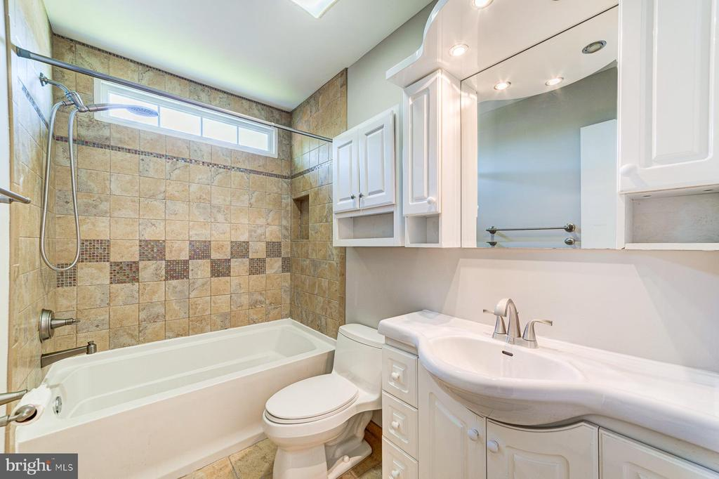 Upper level hall bath - 1331 STOKLEY WAY, VIENNA